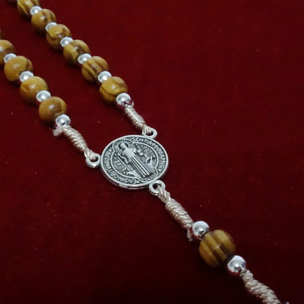 Olīvkoka rožukronis uz auklas ar Sv. Benedikta krustu 7 mm